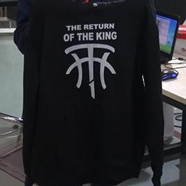 Ejemplo de impresión de un suéter negro por la impresora de camisetas A2 WER-D4880T