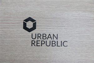 Impresión de logotipo en materiales de madera por WER-D4880UV